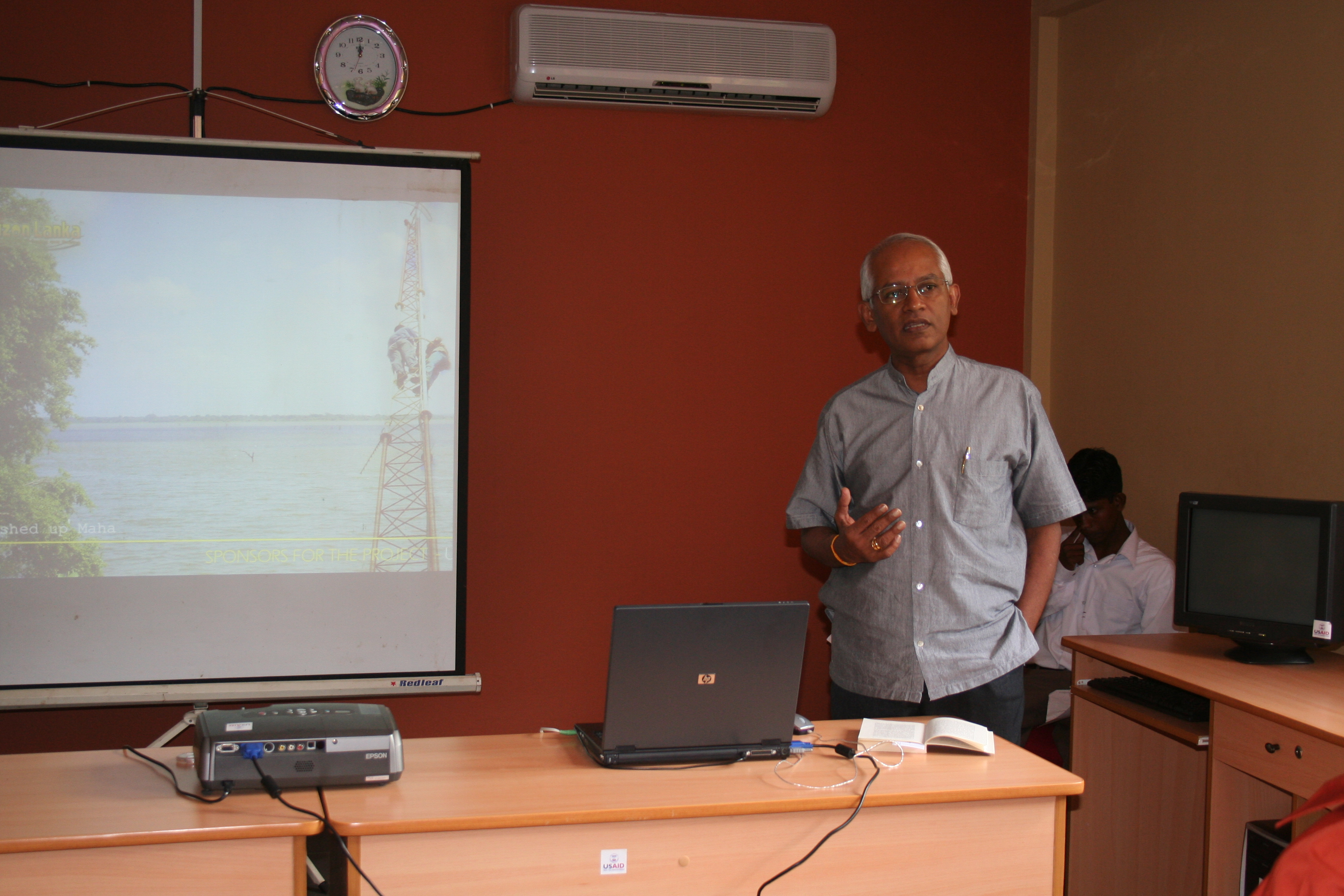 Mr. Lalith Weeratunga speaking at the mesh Wi-Fi network launnch
