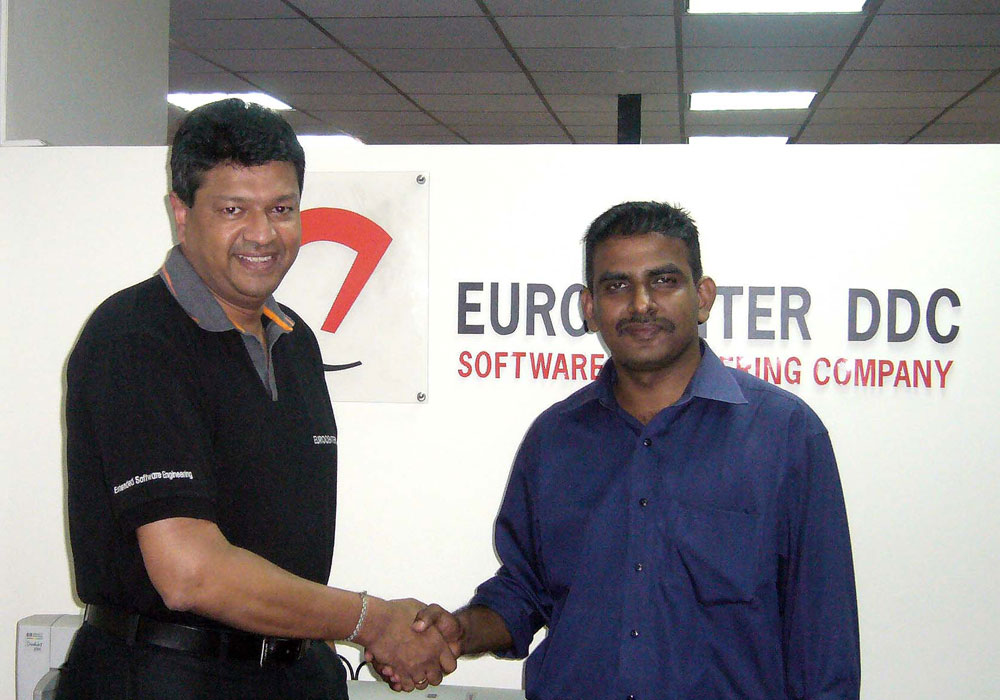 Mano Sekaram and Nanda Wanninayaka shaking hands at Eurocenter DDC, Colombo