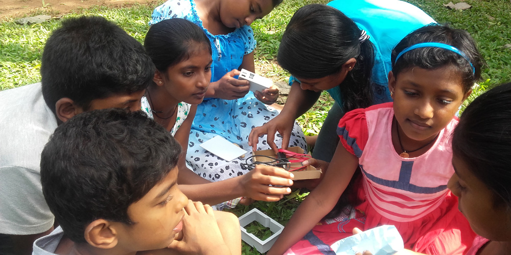 Prarthana Sewwandi and junior kids with the CubieBoard unit.