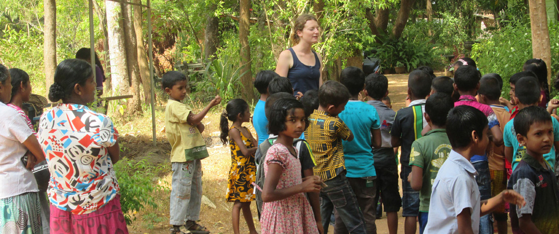 Klára Gebhartová with the students of Horizon Lanka