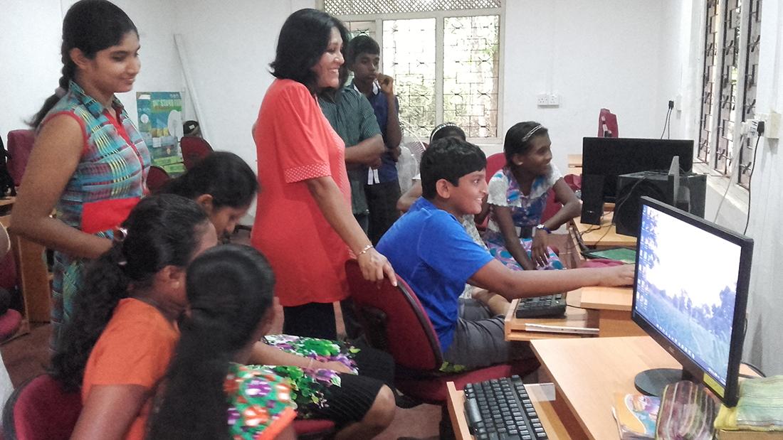 Dinidu Samaranayake teaching Scratch programming to Horizon Lanka students