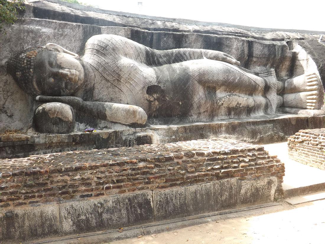 Reclining Buddha statue in Tantirimale, Mahawilachchiya