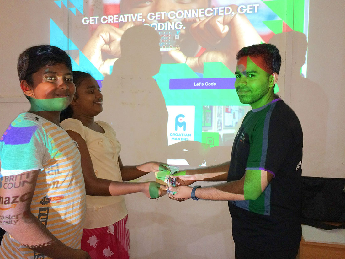 Milinda Arambawela donating the microbit unit to Horizon Lanka students