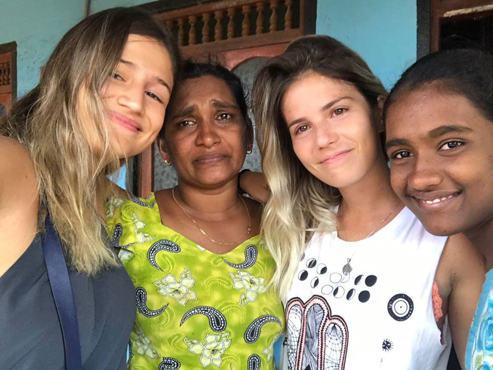 Helena Palmeira and Juliana Machado with the host family. Saying goodbye is never easy.