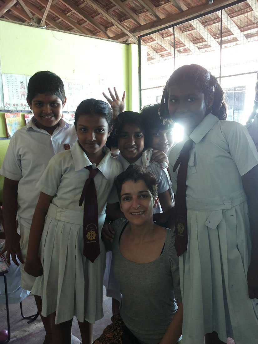 Paula Pazos Dopazo with the students of Paniyankadawala Public School